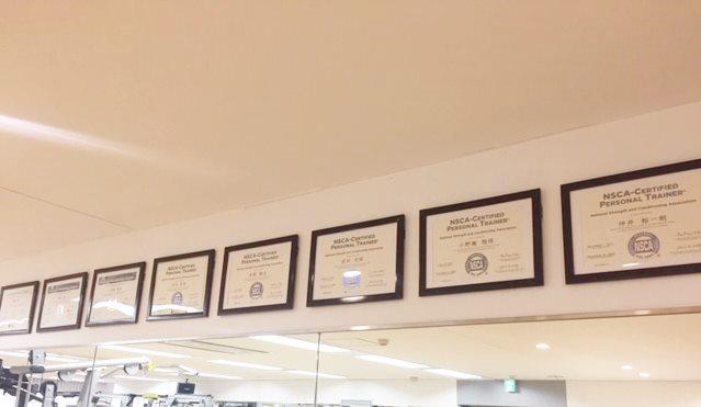 ASPIに飾られているパーソナルトレーナー資格認定証